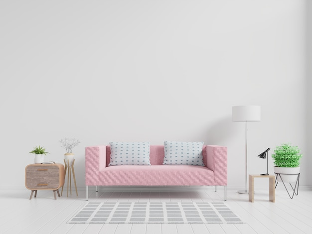 Interior da moderna sala de estar com sofá rosa e plantas verdes, lâmpada, mesa na parede branca.