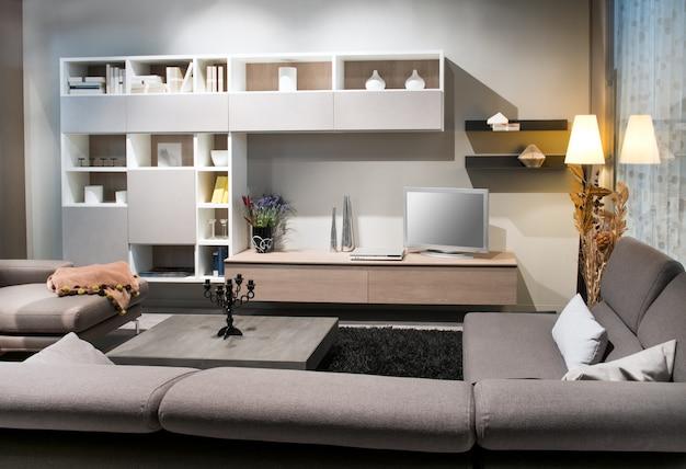 Interior da moderna sala de estar com sofás confortáveis