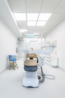 Interior da moderna sala médica de odontologia branca com equipamento especial