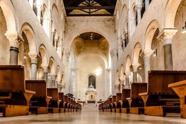 Interior da nave principal da catedral basílica de san sabino em bari.