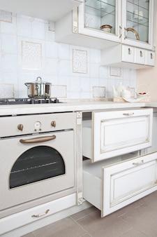 Interior da pequena cozinha branca