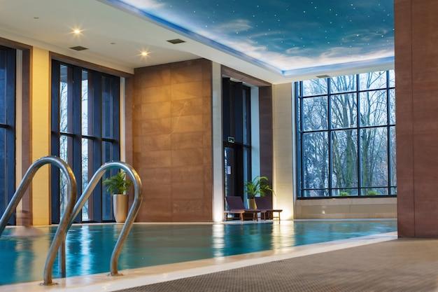 Interior da piscina do hotel com janelas panorâmicas