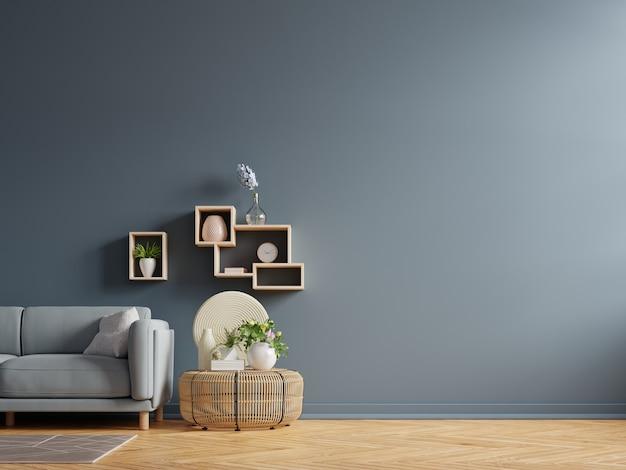 Interior da sala clara com sofá na parede vazia de azul escuro