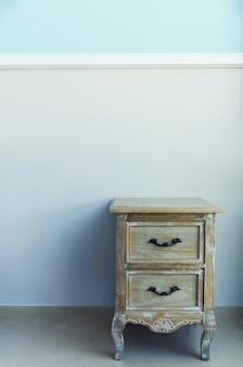 Interior da sala com a tabela de cabeceira na parede azul pastel.