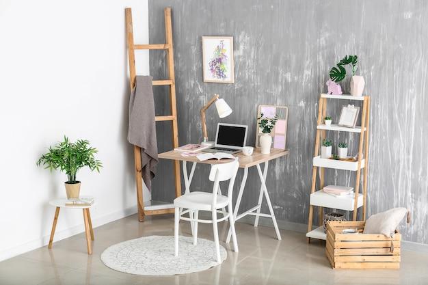 Interior da sala com local de trabalho confortável