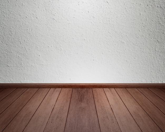 Interior da sala com parede de concreto e piso de madeira para o fundo