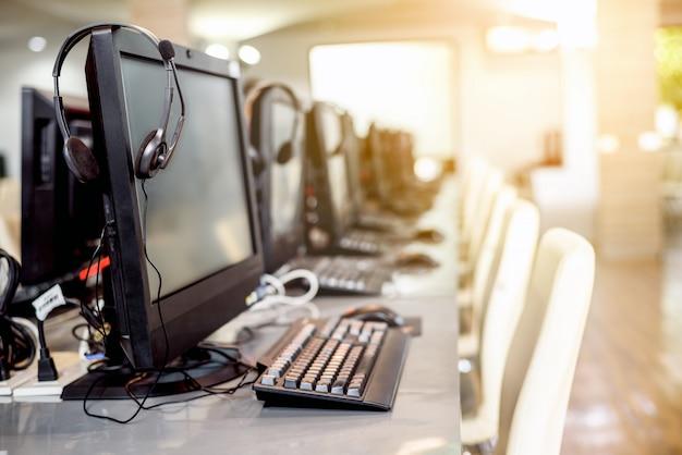 Interior da sala de computador vazio na universidade