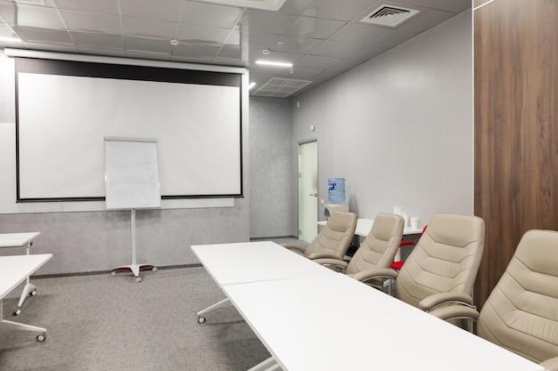 Interior da sala de diretoria moderna vazia no escritório criativo