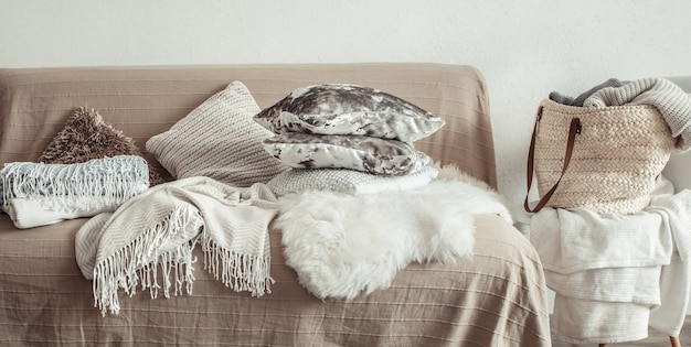Interior da sala de estar com sofá e artigos decorativos.