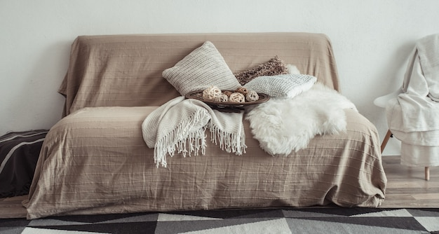Interior da sala de estar com sofá e itens decorativos