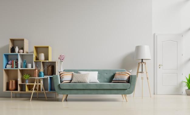 Interior da sala de estar com sofá verde com flores na parede branca vazia