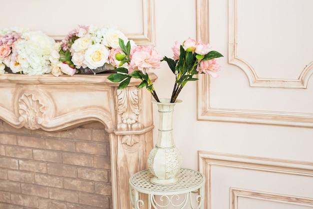 Interior da sala de estar com vaso clássico