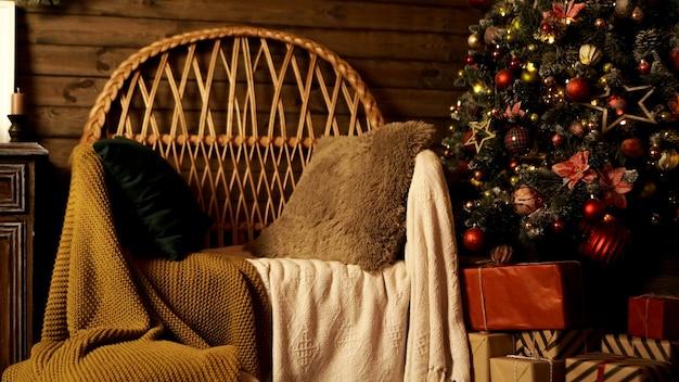 Interior da sala de estar de natal com poltrona aconchegante e árvore de natal