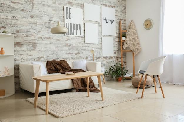 Interior da sala de estar leve e confortável