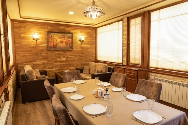 Interior da sala de eventos de banquete de restaurante em madeira