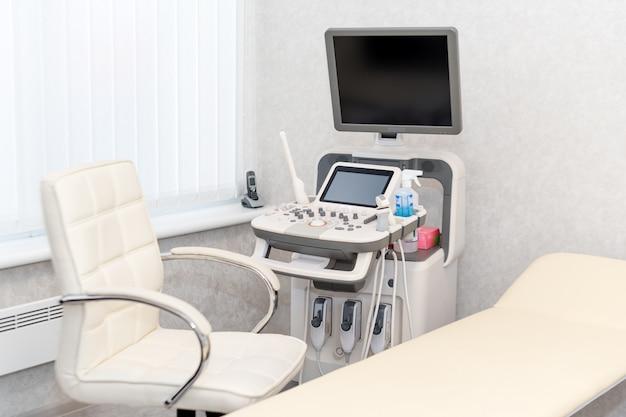 Interior da sala de exame com máquina de ultrassonografia
