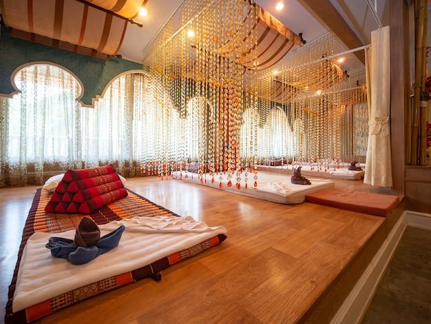 Interior da sala de massagem vintage com fonte de luz de natureza da janela