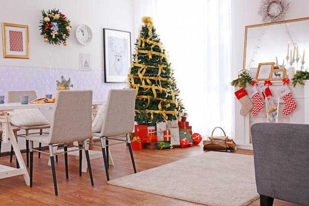 Interior da sala decorada para o natal