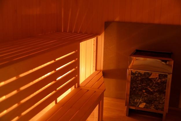Interior da sauna de madeira em casa pequena