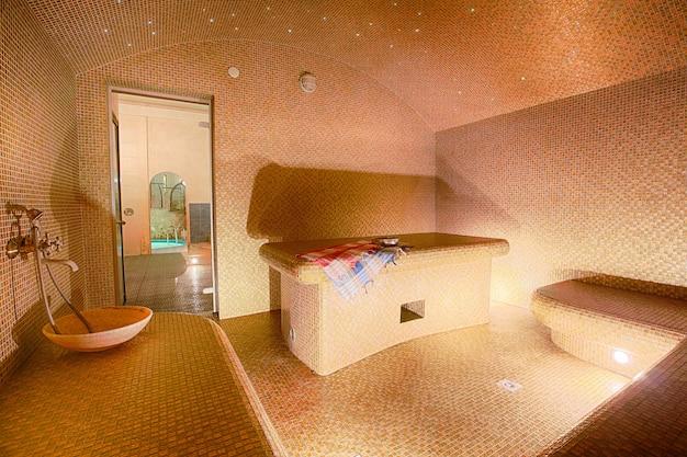 Interior da sauna turca, hammam no centro de spa