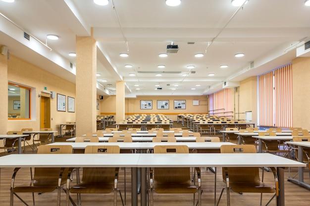 Interior das audiências vazias da universidade, sala de aula moderna da escola