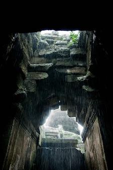 Interior das ruínas de angkor wat.