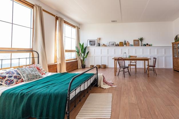 Interior de apartamento estúdio vintage em cores claras em estilo antigo