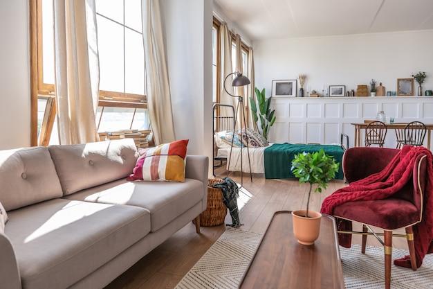 Interior de apartamento estúdio vintage em cores claras em estilo antigo Foto Premium