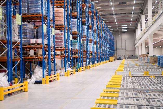 Interior de armazenamento do armazém com prateleiras cheias de mercadorias