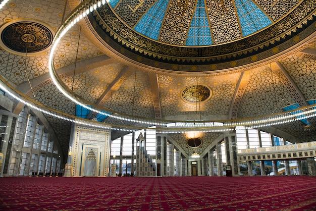 Interior de aymani kadyrova mosque em argun, chechênia, rússia