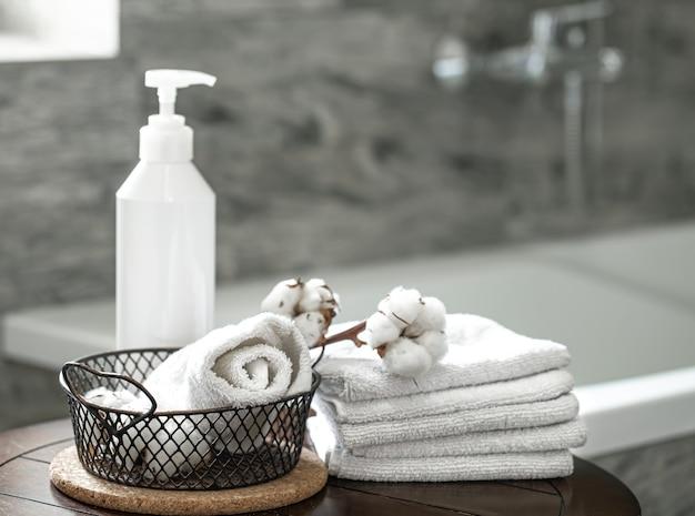 Interior de banheiro turva e conjunto de espaço de cópia de toalhas dobradas limpas. conceito de higiene e saúde.