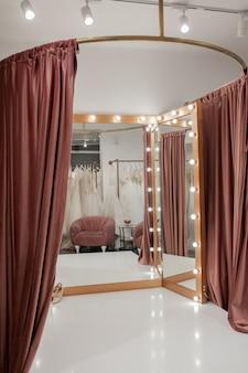 Interior de boutique de moda, provador em salão de casamento