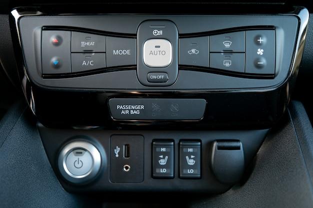 Interior de carro com vista de controle de temperatura. condicionador e controle de fluxo de ar em um carro moderno