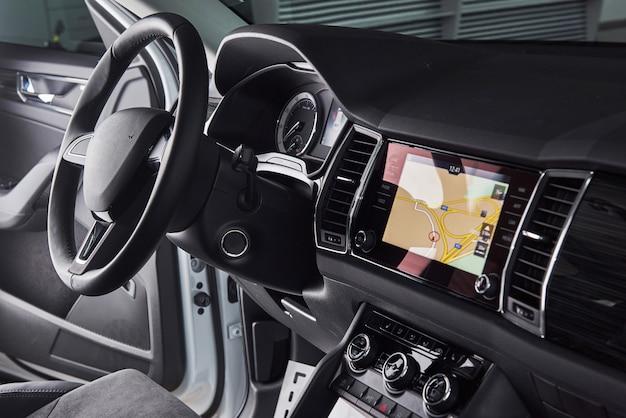 Interior de carro de luxo - volante, alavanca de câmbio e painel