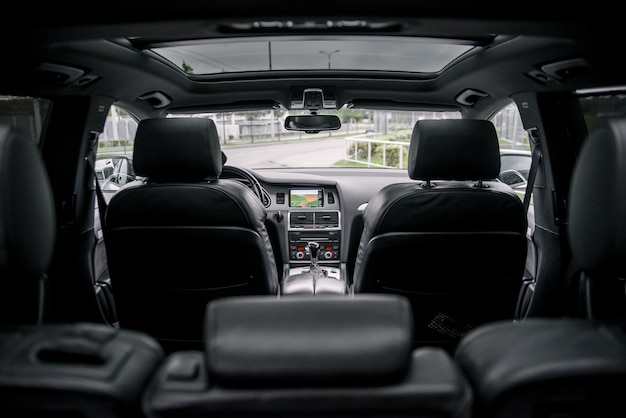 Interior de carro de prestígio de luxo moderno, painel de controle, volante.