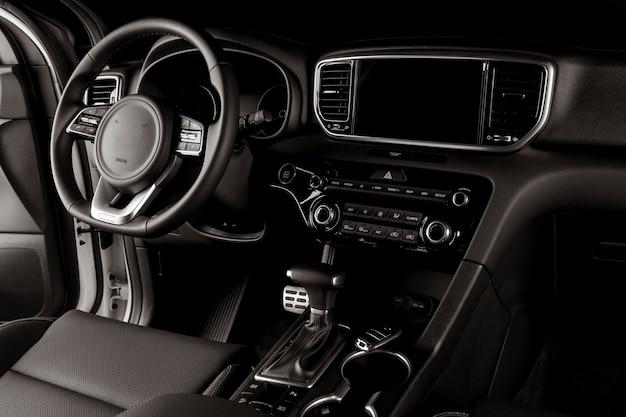 Interior de carro moderno, caixa de velocidades automática, volante e painel