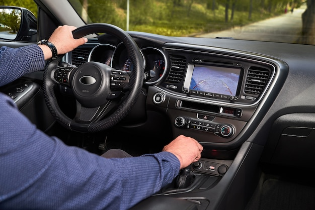 Interior de carro premium com trajetória dinâmica de câmera retrovisora girando linhas e assistente de estacionamento. sistema de assistência ao motorista para estacionamento. ajude a ajudar opções dentro de carros de luxo