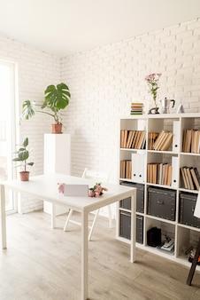Interior de casa aconchegante. interior elegante da sala, estantes e espaço de trabalho