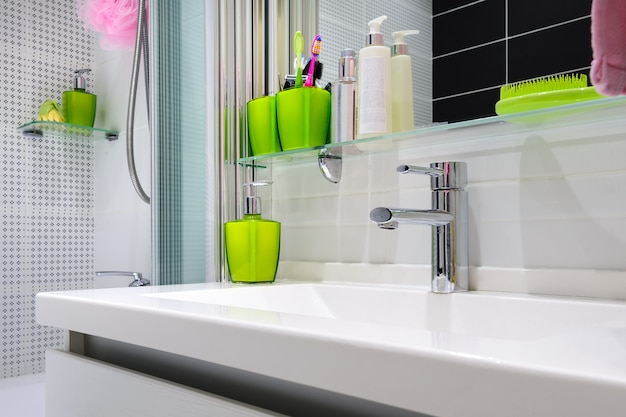 Interior de casa de banho branco de luxo moderno