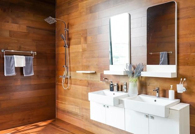Interior de casa de banho com lavatórios duplos e espelhos no interior da casa elegante