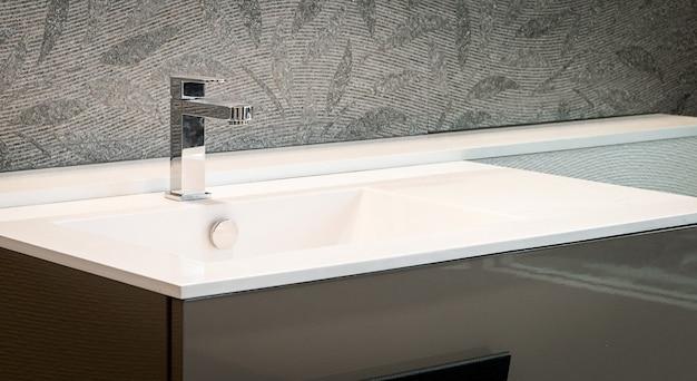 Interior de casa de banho com pia e torneira