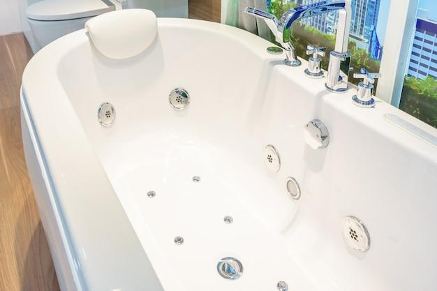 Interior de casa de banho em decoração de banheira branca de luxo