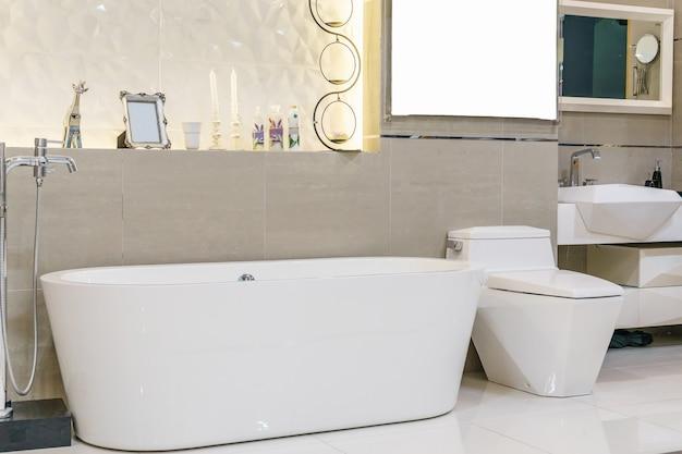 Interior de casa de banho moderna com chuveiro minimalista e iluminação