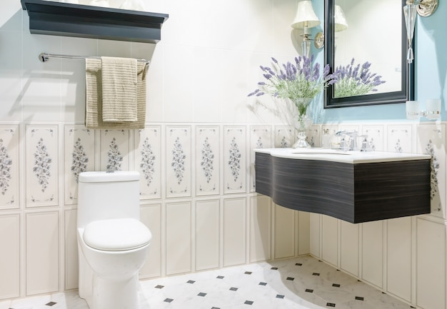 Interior de casa de banho moderna com moderna bacia de bancada, sanita e espelho