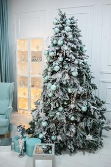 Interior de casa festiva de natal em cores brilhantes.