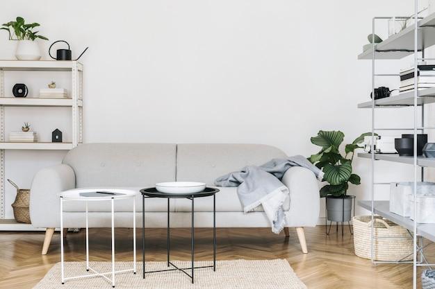 Interior de casa nórdica com mesa de madeira, cadeira, sofá de design, mesa de centro, estante de livros e acessórios de arte