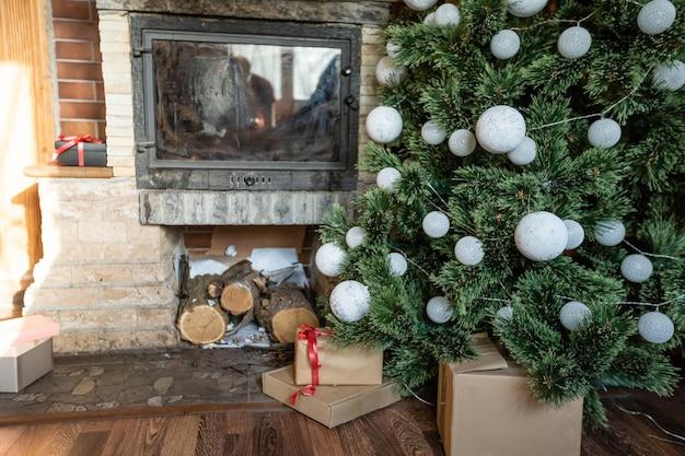 Interior de chalé de madeira com árvore de natal