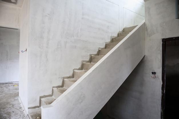 Interior de construção de casa nova com escada de concreto