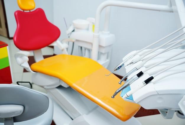 Interior de cor brilhante da odontologia pediátrica moderna.
