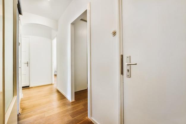 Interior de corredor elegante em casa de luxo